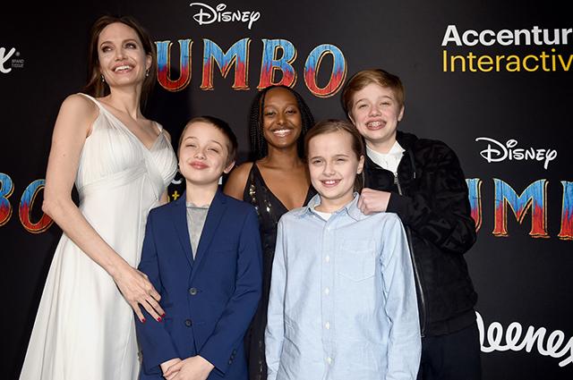Анджелина Джоли с Ноксом, Захарой, Шайло и Вивьен