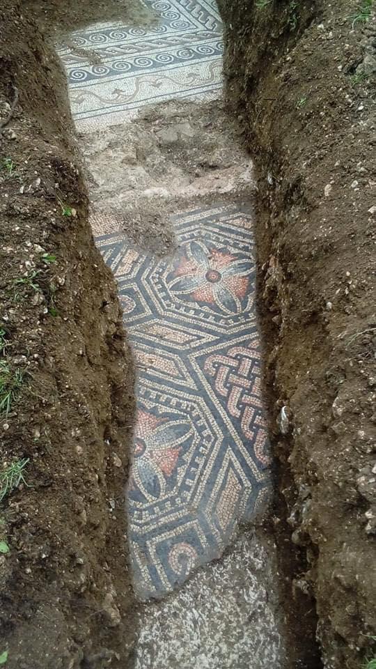 Удивительная находка: в Италии во время прокладки труб обнаружили древнеримскую мозаику