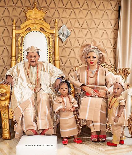 Король Ламиди Адейеми III и королева Ануолувапо Адейеми с детьми