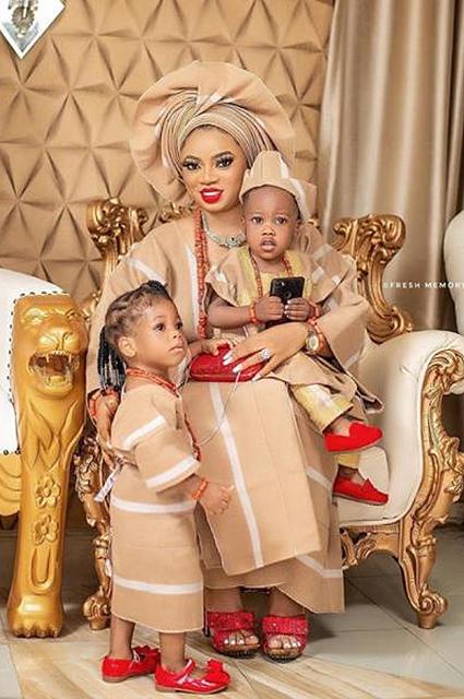 Королева Ануолувапо Адейеми с детьми
