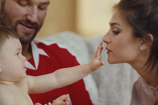 Александр Овечкин и Анастасия Шубская с сыном Сергеем