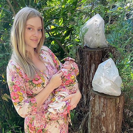 Элль Эванс с новорожденной дочерью