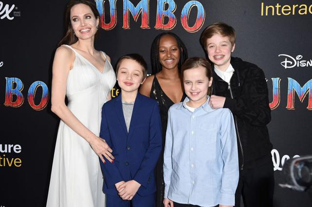 Анджелина Джоли с детьми Ноксом, Захарой, Вивьен и Шайло