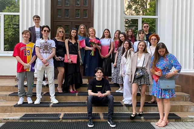 Наталья Михалкова с другими выпускниками