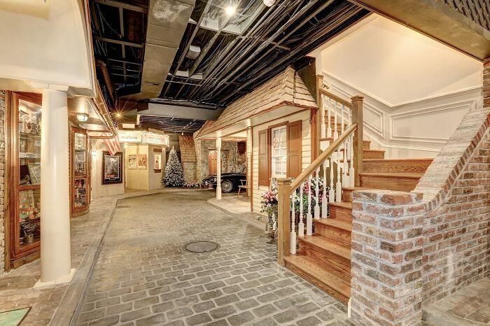 В США продается особняк в подвале которого есть собственный город