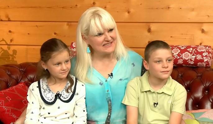 7 лет назад, Маргарита Суханкина, певица из группы «Мираж» усыновила 2-х деток из детдома