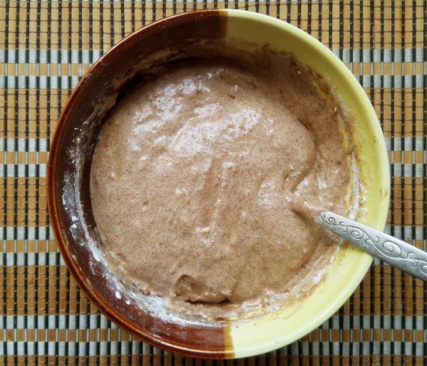 Шоколадное пирожное с джемом и сметаной