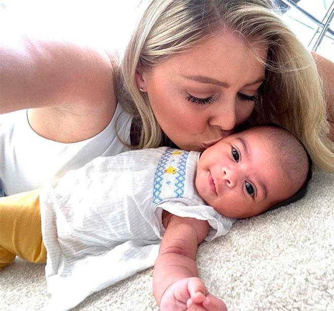 Мулат и светлокожая блондинка воспитывают прелестных деток с разным цветом кожи