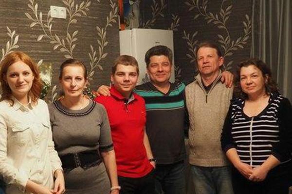 Сергей Захаров (третий справа) с родными