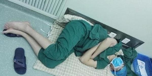 Фотография со спящим хирургом на полу после 28-часовой смены облетела весь Интернет!