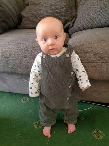 В восемь недель эта малышка уже умеет стоять на ножках!