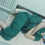 56307 Фотография со спящим хирургом на полу после 28-часовой смены облетела весь Интернет!