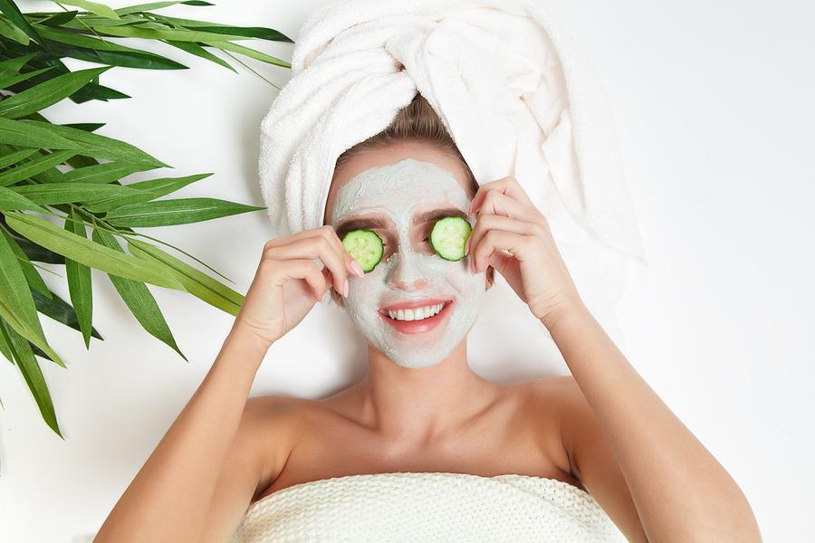 Девушка с косметической маской