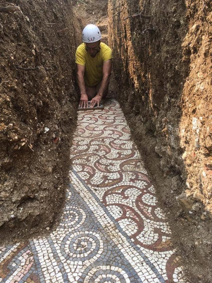 53034 Удивительная находка: в Италии во время прокладки труб обнаружили древнеримскую мозаику