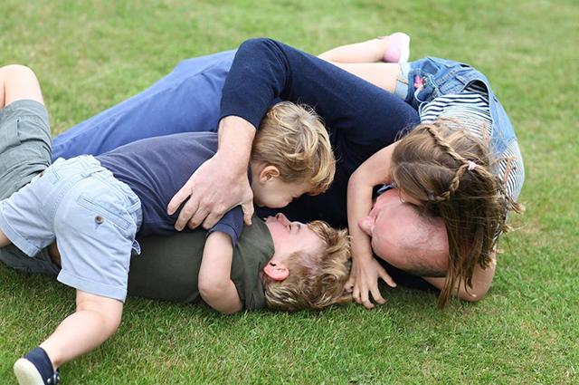 Принц Уильям с детьми. Фото сделано Кейт Миддлтон