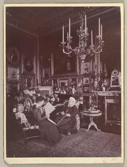 Портрет принцессы Беатрис и королевы Виктории в гостиной Виндзорского замка, 1895 год