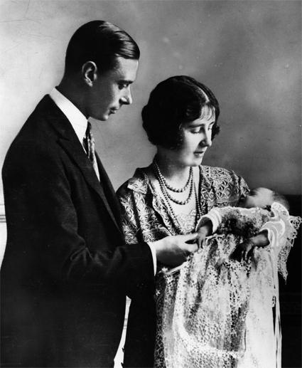 Король Георг V и его супруга герцогиня Йоркская Елизавета с дочерью Елизаветой, будущей королевойкорол