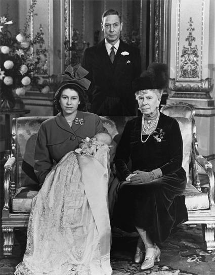 Королева Елизавета II с сыном Чарльзом, бабушкой, королевой Марией, и отцом, королем Георгом VI