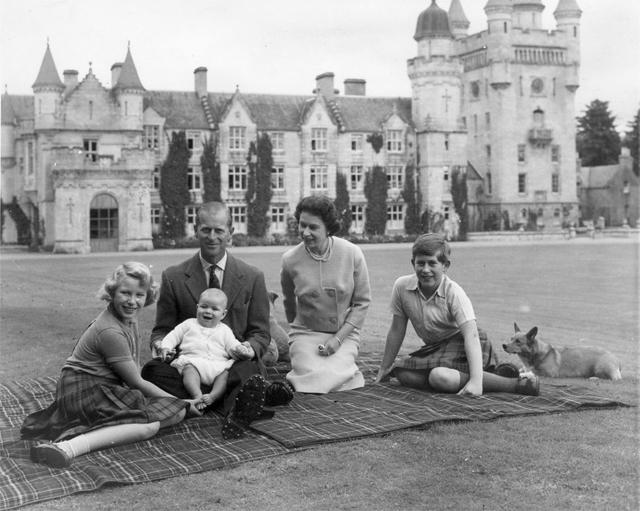 Королева Елизавета II и принц Филипп с детьми: принцессой Анной, принцем Эндрю и принцем Чарльзом, 1960 год