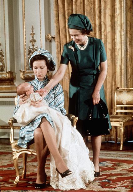 Принцесса Анна с первенцем Питером и мамой, королевой Елизаветой II