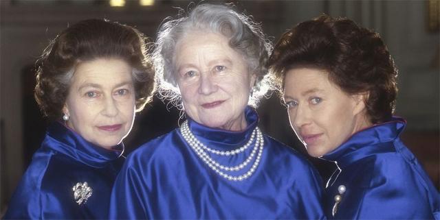 Королева Елизавета II, королева-мать и принцесса Маргарет, 1980 год. Одинаковые наряды трех женщин призваны подчеркнуть преемственность и тесную связь