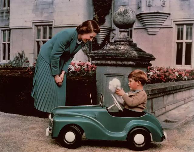 Королева Елизавета II и принц Чарльз, Балморал, 1952 год