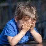 61257 Двухлетний мальчик, об которого отчим тушил сигареты, сбежал из дома