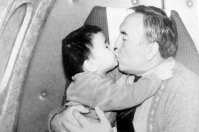 Нурсултан Назарбаев с внуком Айсултаном