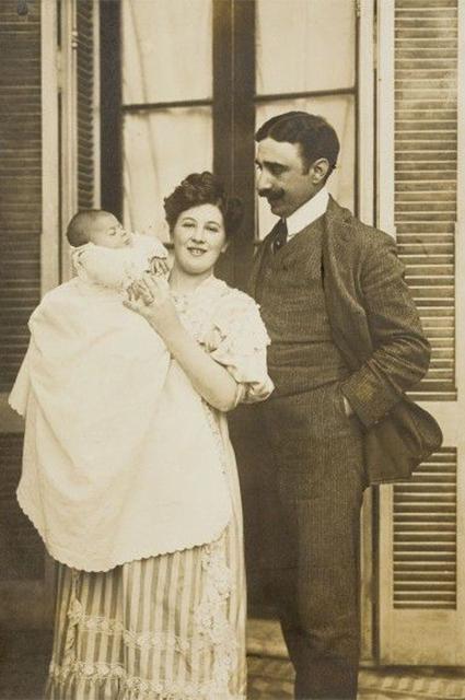 Леонор Фини с родителями, 1907 год