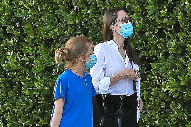 Анджелина Джоли с дочерью Вивьен и новой собакой сходили в гости