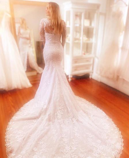 Полина занимается выбором свадебного платья