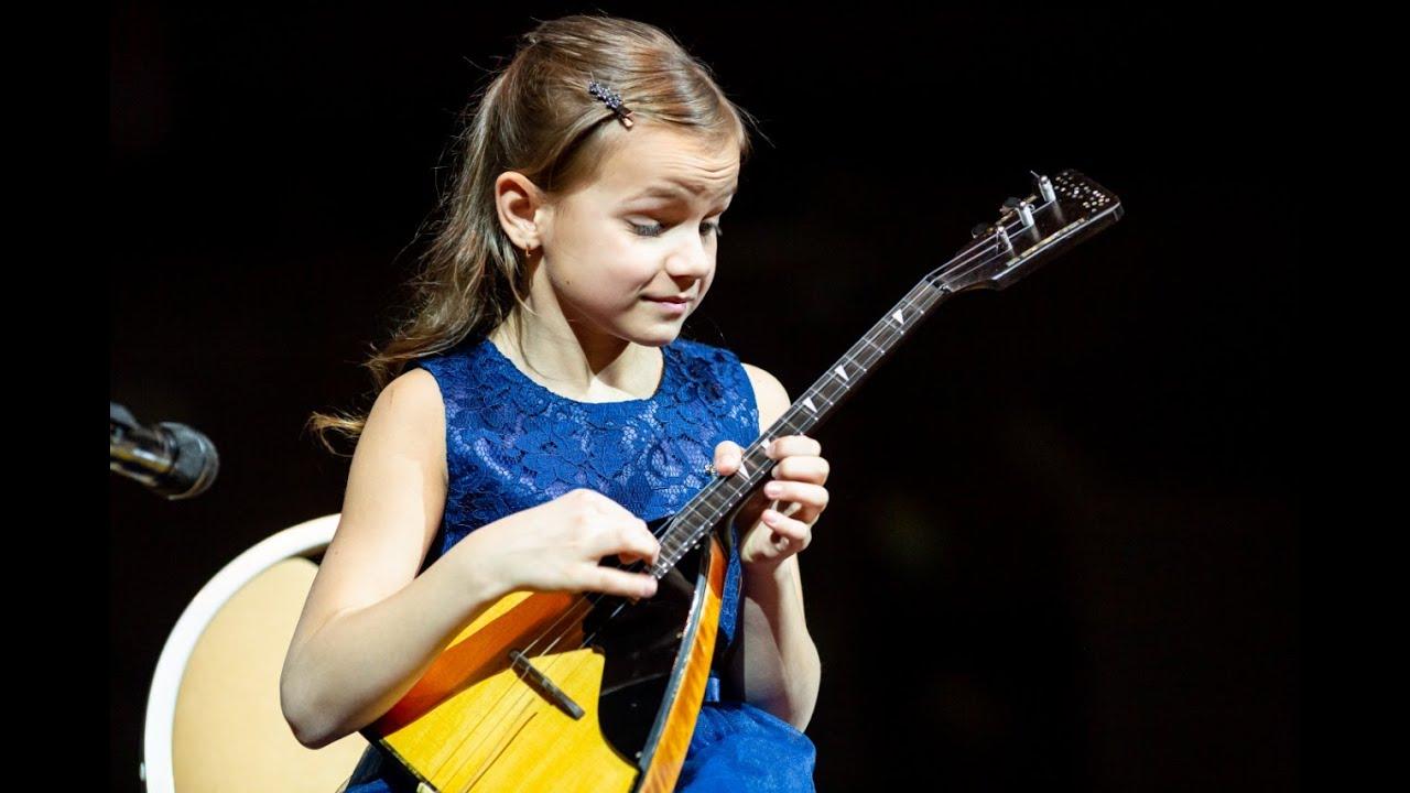 Анастасия Тюрина — виртуозная балалаечница планеты. Вы только послушайте как эта малышка играет!