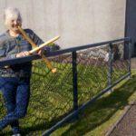 66735 Женщина решила связать себе кружевной забор. Теперь такие есть практически в каждом дворе ее родного города