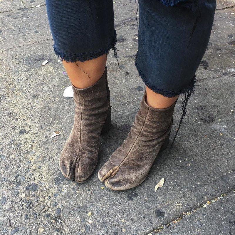 12 пар странной и совсем неудобной обуви