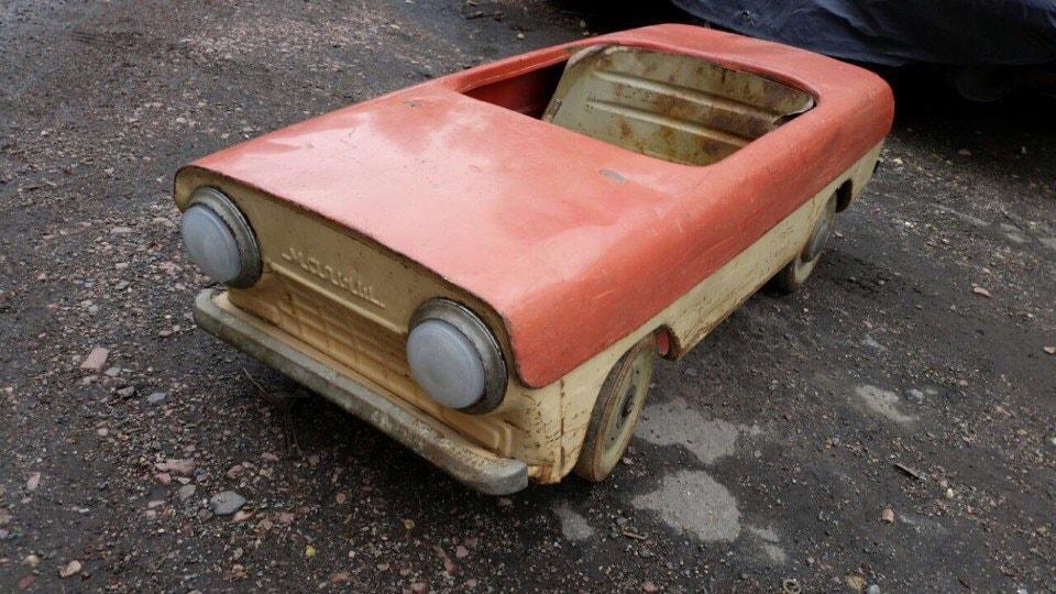 Необычное хобби: мужчина реставрирует старые педальные автомобили и другие ретро-машинки