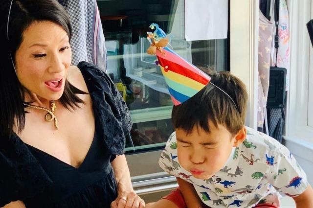 Люси Лью показала редкое фото подросшего сына Роксвелла в честь его дня рождения