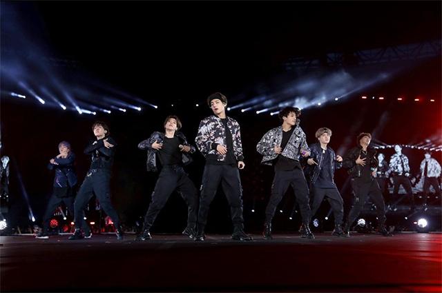 BTS в концертных нарядах от Dior