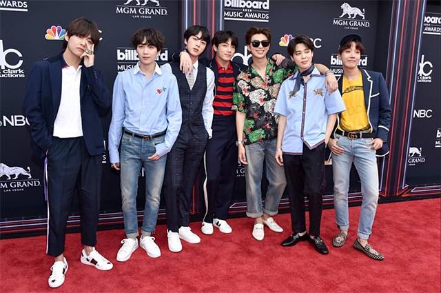 BTS в нарядах от Gucci