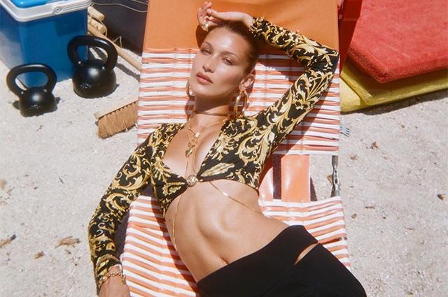 Продлила лето: Белла Хадид поделилась фото со съемок для Versace у моря