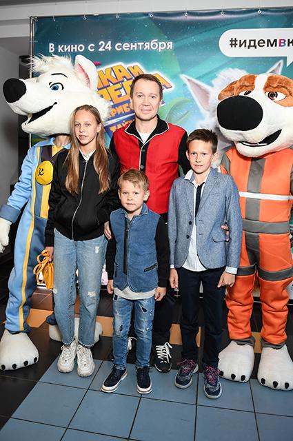 Евгений Миронов с племянниками и сыном Петей (на фото - посередине)