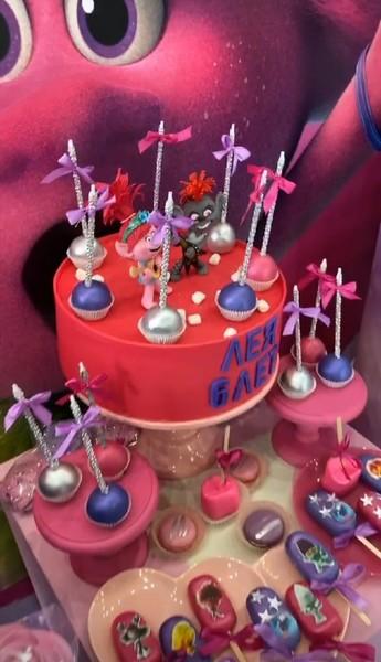 Праздничный торт и сладости тоже были в стиле «Троллей»