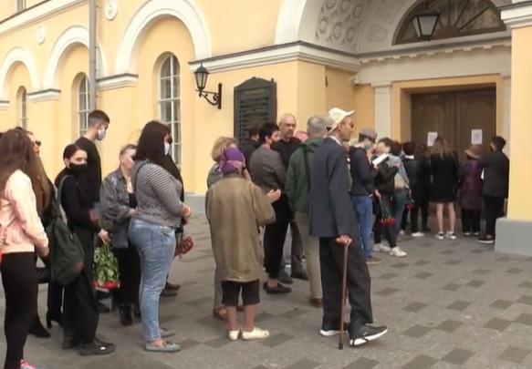 С самого утра с Малого театра образовалась большая толпа людей