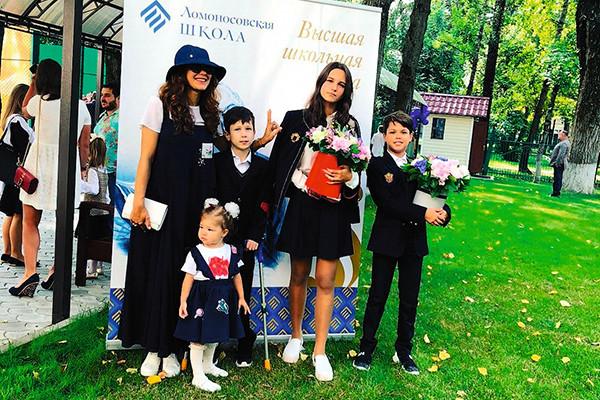 «Как две сестры»: 42-летняя Екатерина Климова выглядела ровесницей своей дочери на ее выпускном