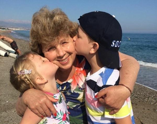 Поэтесса много времени уделяет двоюродным внукам