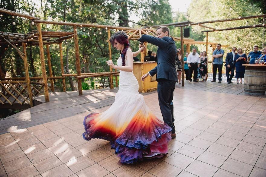 Невеста раскрасила свое свадебное платье и превратила его в сказочный наряд