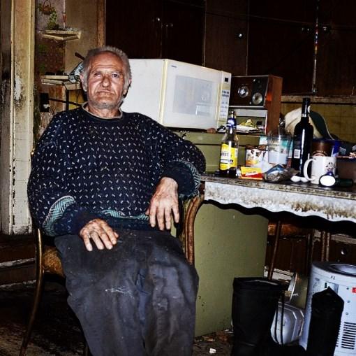 Девушка обнаружила старика в заброшенном доме и взялась помогать ему