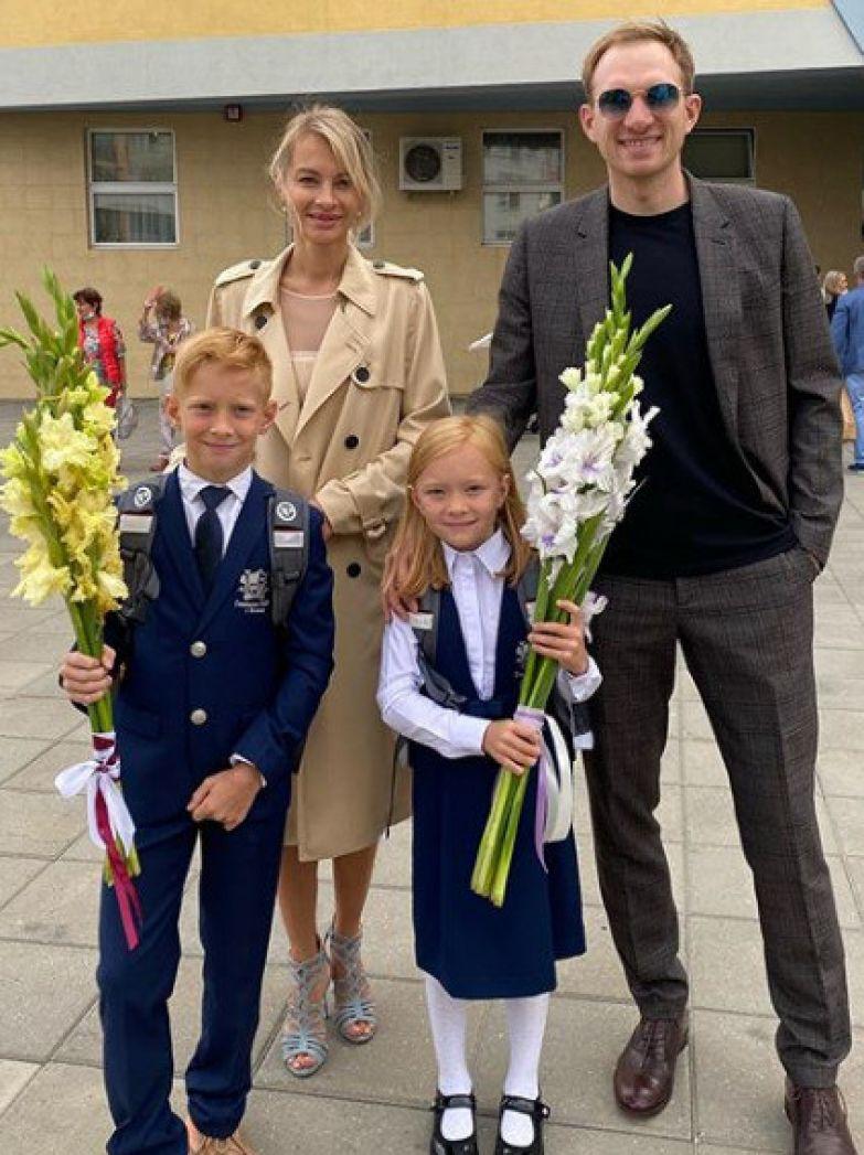 Андрей Бурковский с женой Ольгой, сыном Максимом и дочерью Алисой