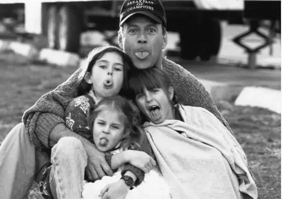 Дочери Брюса Уилисса поделились архивными семейными фотографиями, на которых можно увидеть как сильно изменился их крутой папа