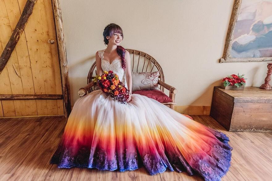 69751 Невеста раскрасила свое свадебное платье и превратила его в сказочный наряд
