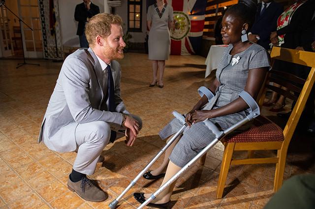Принц Гарри общается с женщиной, пострадавшей от взрыва мины в Анголе. В 1997 году с ней же встречалась принцесса Диана